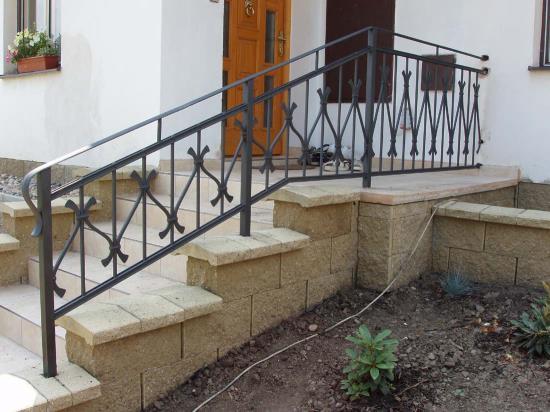 kovane_zabradli_dekorativni_vstup_do_domu_002